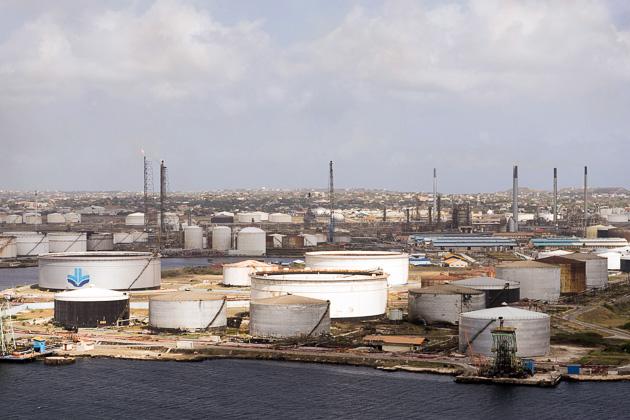 Gobierno de Curazao busca socio inmediato para operar refinería