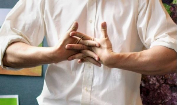 ¿Por qué crujen los dedos de las manos?