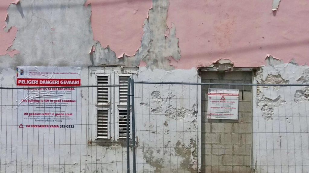 Ministerio de Tráfico advierte sobre construcciones decaídas durante marcha de Seú