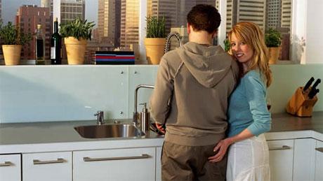 ¿Sabías que lavar los platos a mano con tu pareja podría mejorar la relación amorosa?