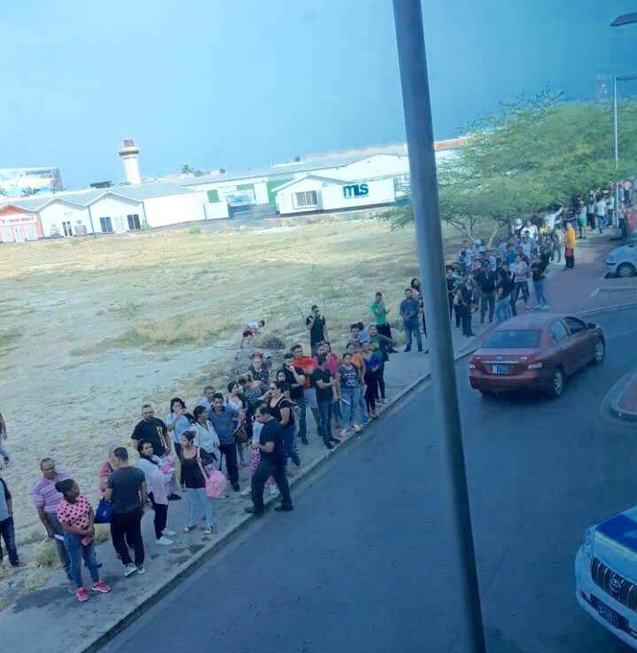 Cientos de venezolanos acudieron a Migración en Aruba por supuesta amnistía