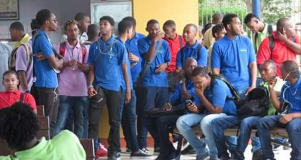 Estudiantes de Feffik inician protesta por posible cierre