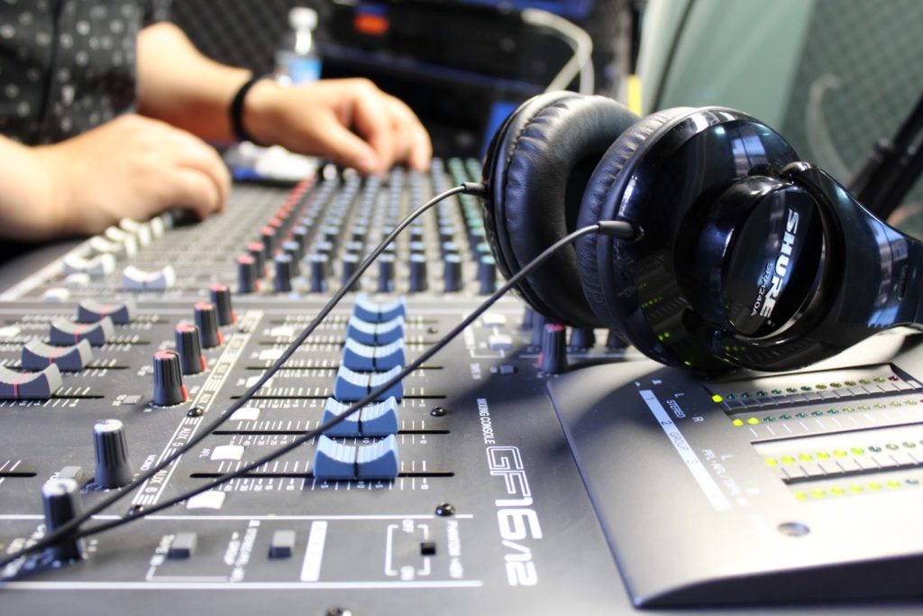 Emisoras de radio pronto empezarán a pagar por la música que tocan
