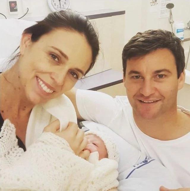 Primera Ministra de Nueva Zelanda da a luz en un hospital público