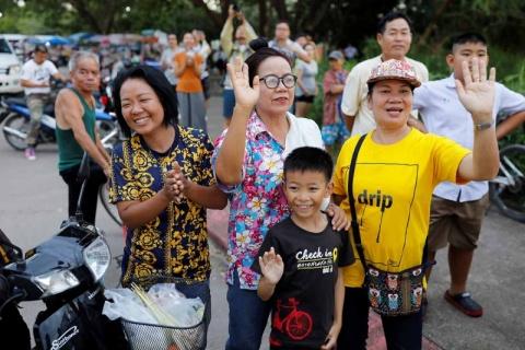 Rescataron a los 12 niños y el entrenador de la cueva en Tailandia