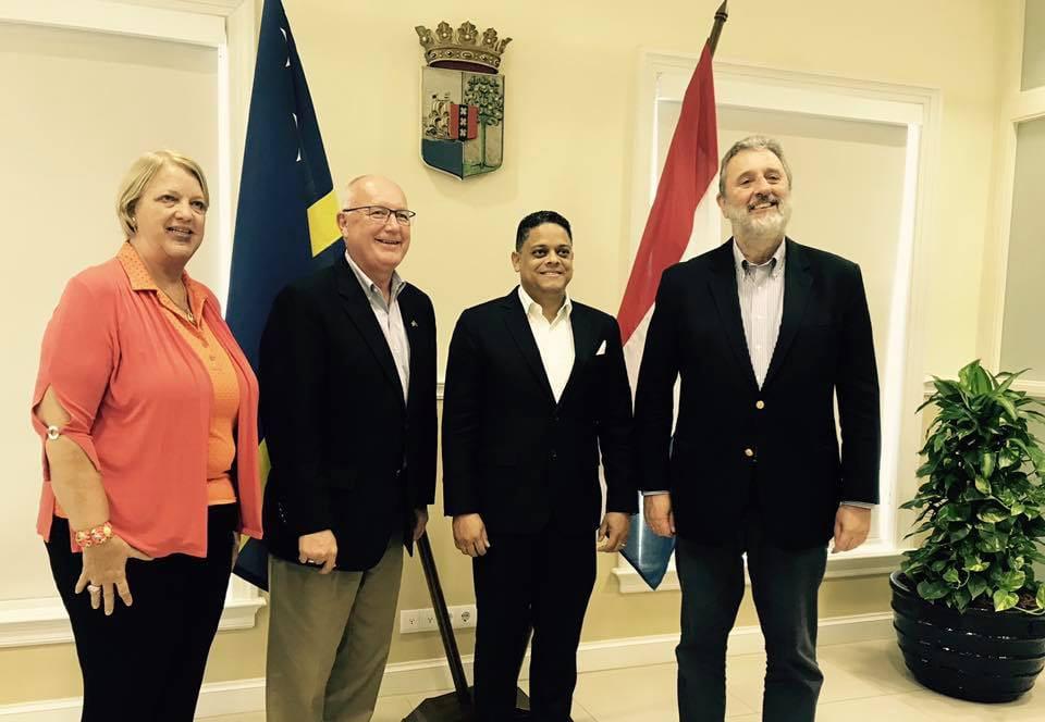El Primer Ministro Rhuggenaath recibió al Embajador de los Estados Unidos Pete Hoekstra en Curazao