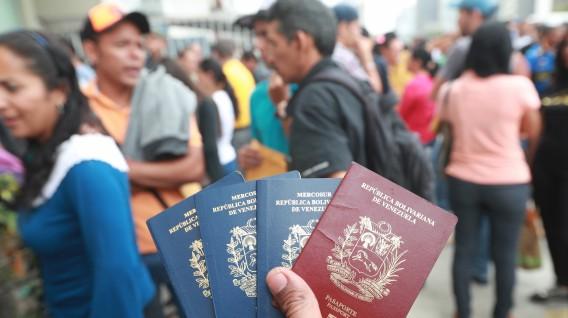 Venezolanos esperan poder entrar en Perú antes del sábado