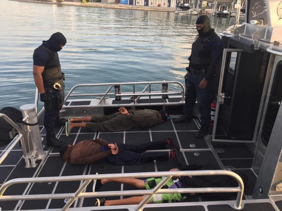Tres detenidos tras decomiso de armas y drogas en aguas de Curazao