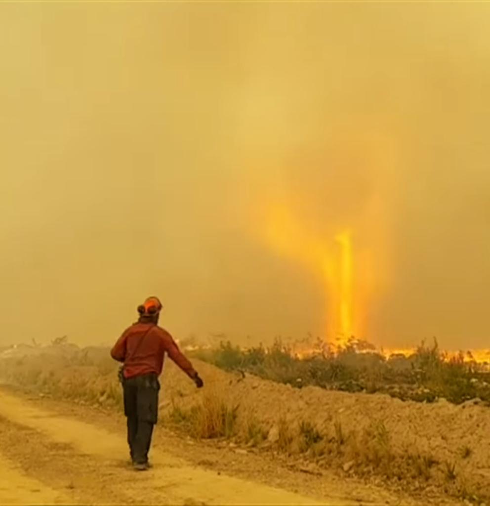 Se forma un tornado de fuego por incendio forestal en Canadá
