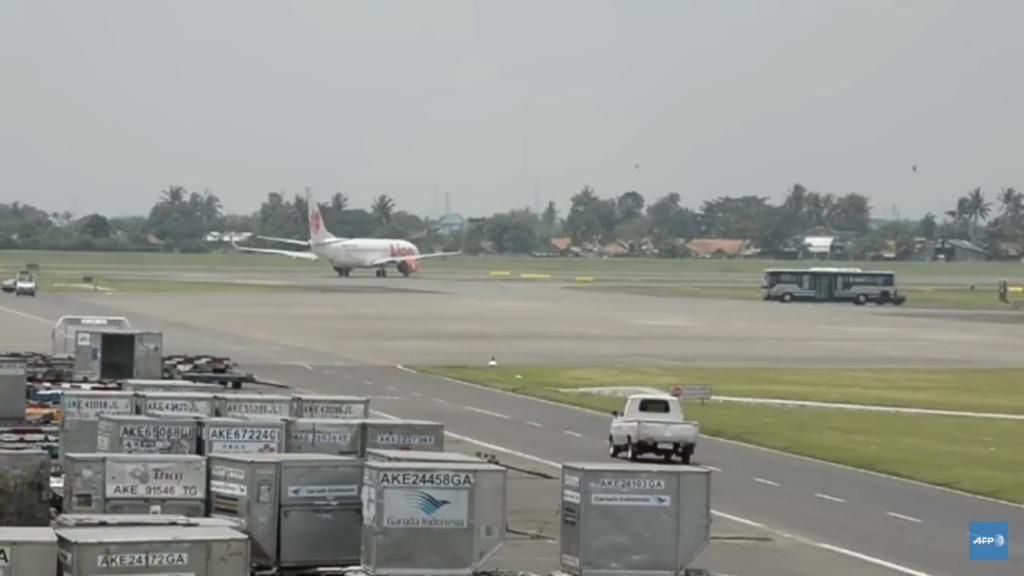 Se estrelló avión contra el mar en Indonesia