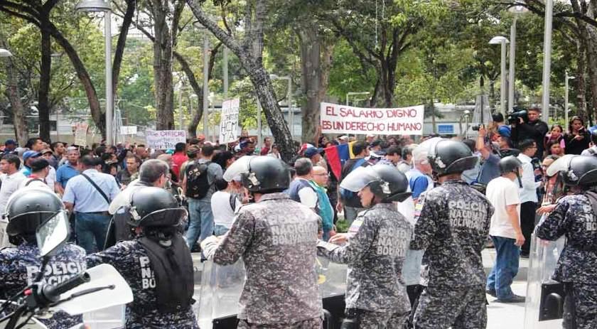 Trabajadores públicos venezolanos protestan por bajos salarios