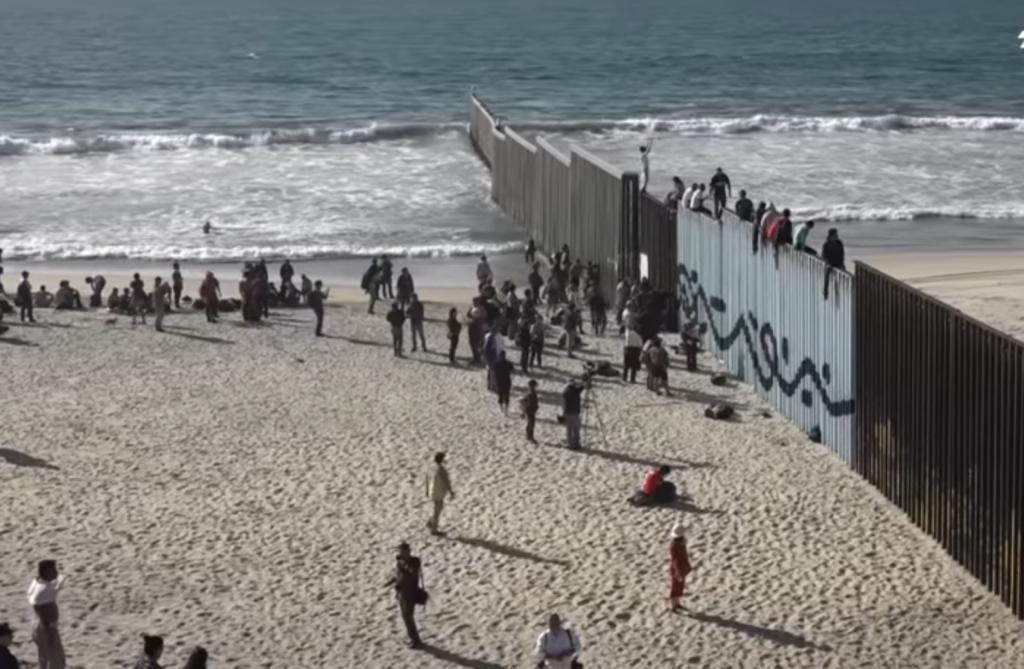 Caravana de centroamericanos cruza frontera con Estados Unidos