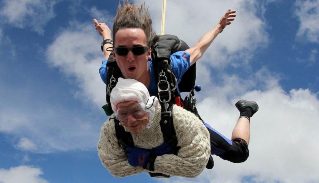 En fotos| Con 102 años es la paracaidista más anciana del mundo