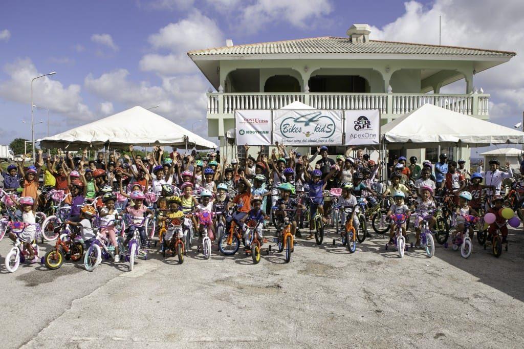 100 niños locales recibieron bicicletas nuevas