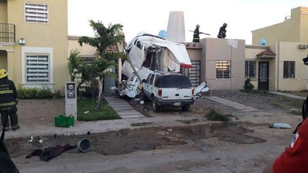 Avioneta se estrella contra vivienda en México