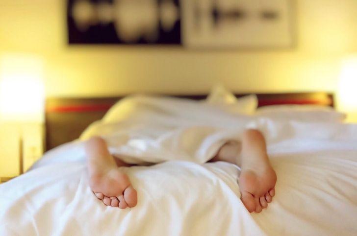 Cuidado| Los riesgos de dormir boca abajo