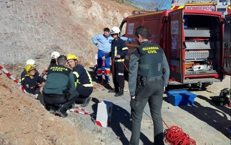 Continúa rescate de niño atrapado en pozo de Andalucía