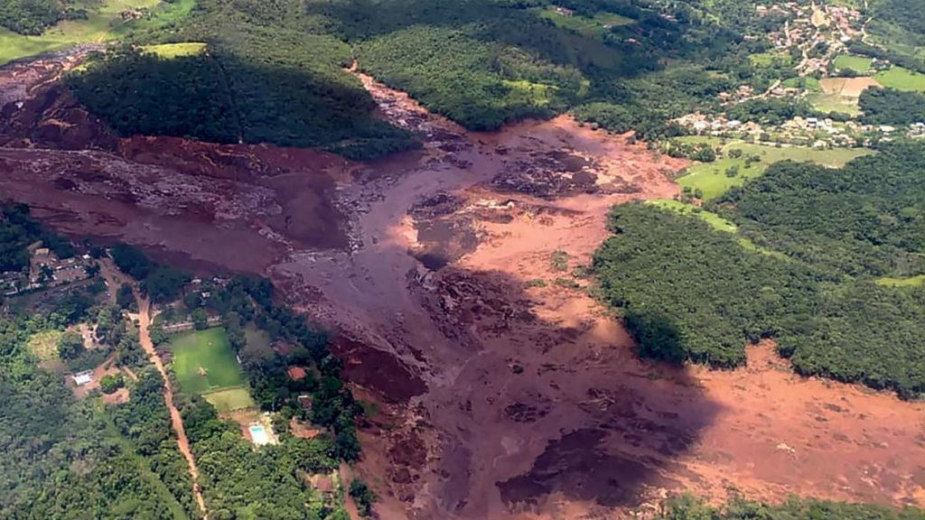 Investigan impacto ambiental tras ruptura de dique en Brasil