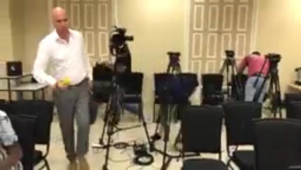 Periodistas abandonaron sala de conferencias por impuntualidad de los ministros