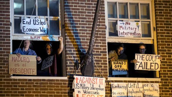 Desalojan activistas dentro de la embajada de Venezuela en Washington