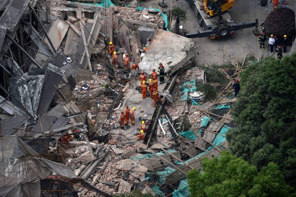 Colapso de edificio en China deja víctimas fatales
