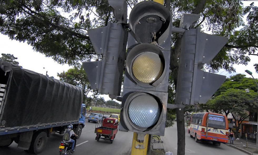 Autoridades alertan sobre semáforo dañado