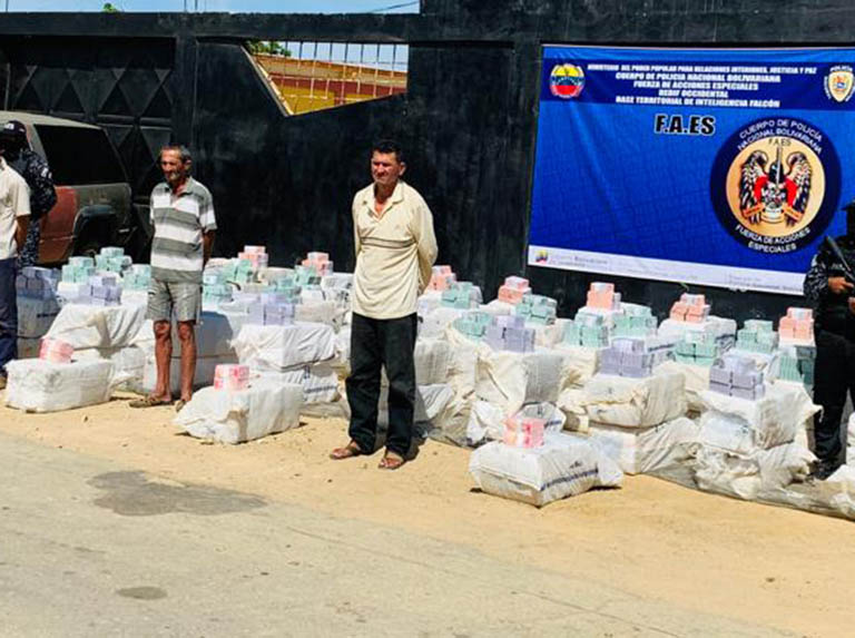 Detuvieron a un trío que pretendía traficar billetes venezolanos hacia Aruba